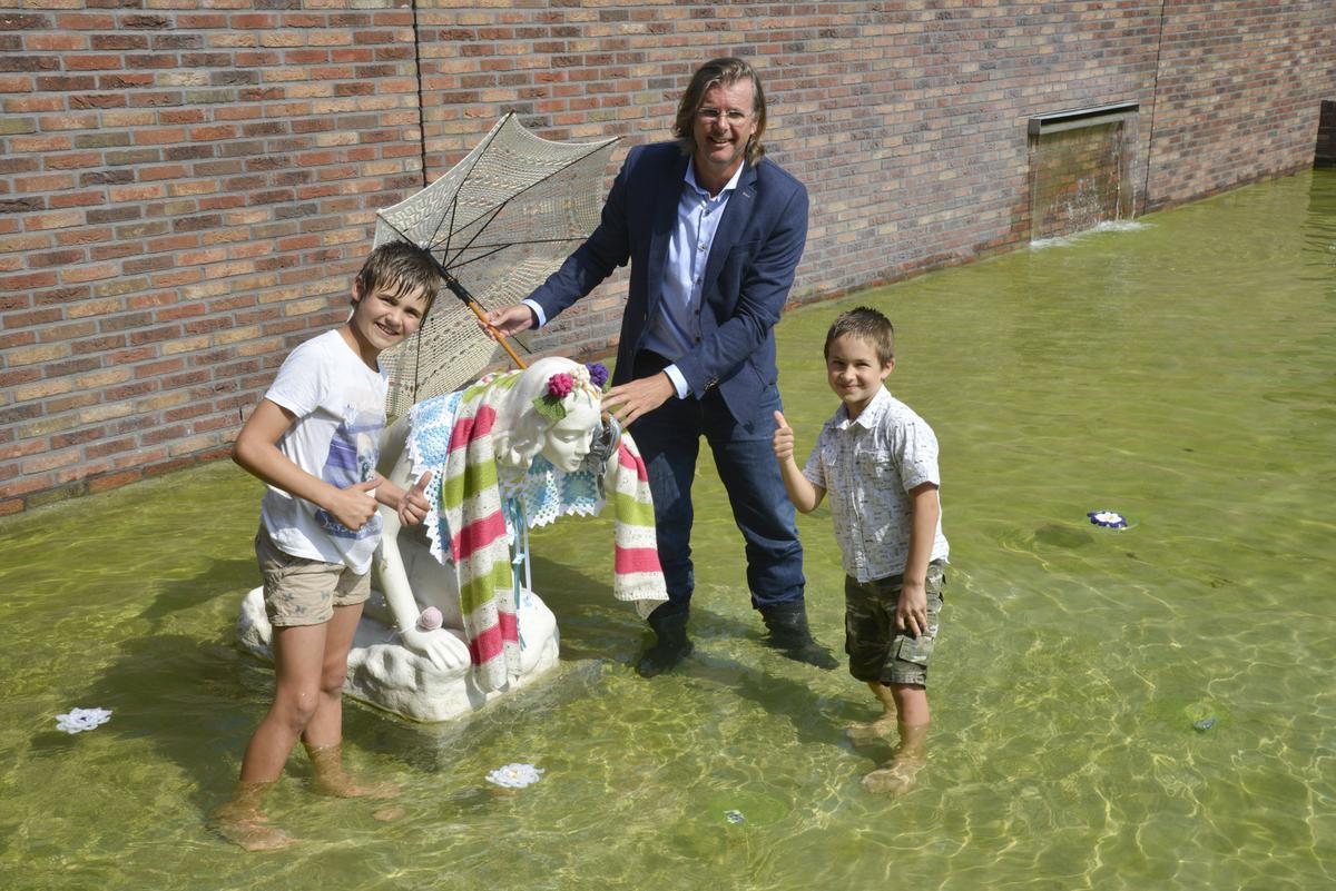 Op het De Struyckenplein werd zondagmiddag het beeld van de baadster opnieuw onthuld tijdens het Struyckenfestival.