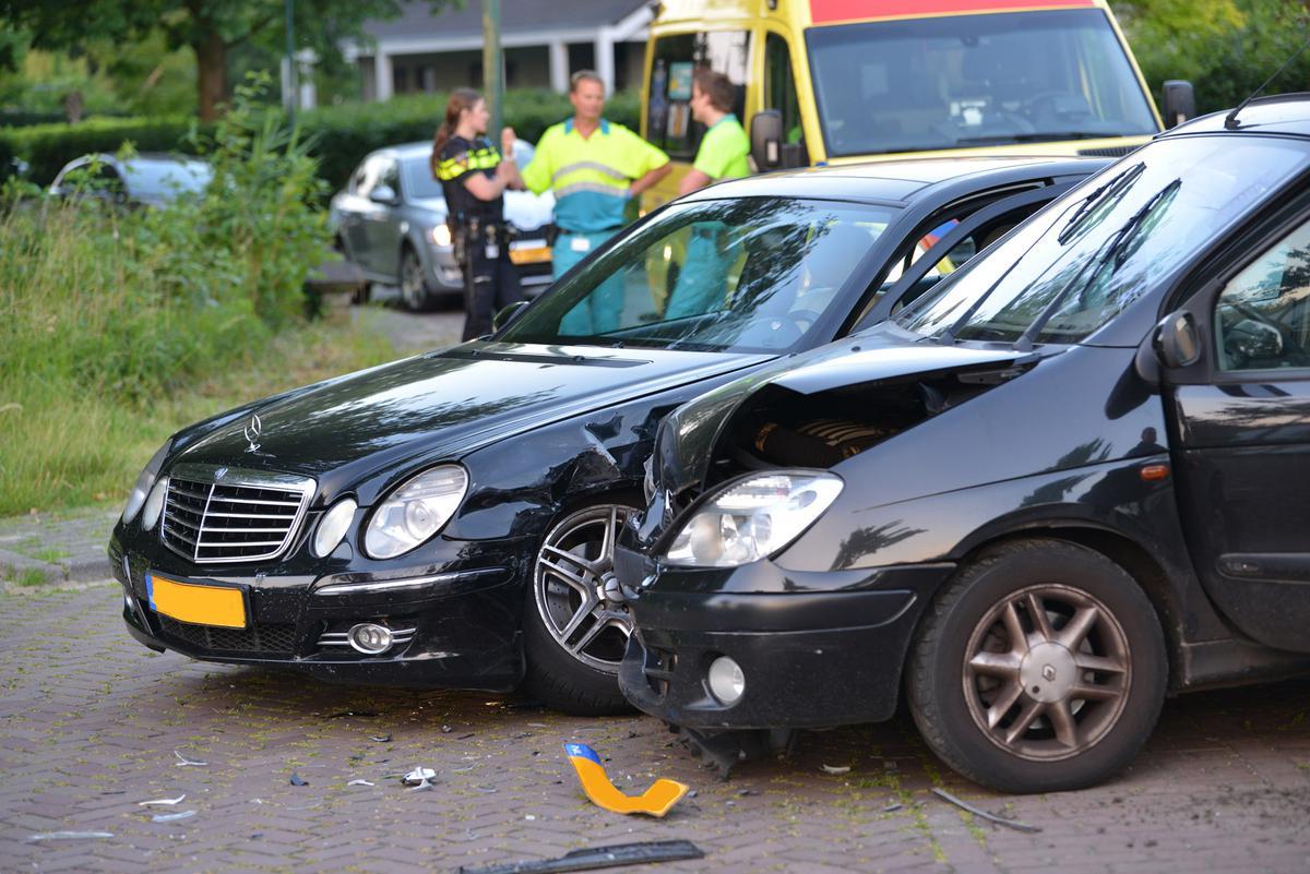 Twee auto's konden elkaar niet meer ontwijken op de kruising Slotlaan / Vallei in Ulvenhout.