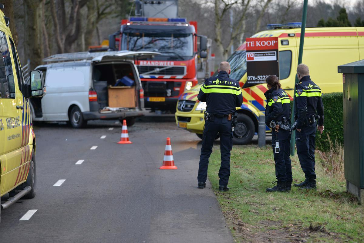 Twee personen raakten gewond toen ze met hun auto in de sloot belandden na aangereden te zijn door een bestelwagen.