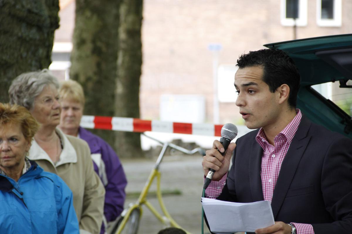 Meer dan 200 buurtbewoners protesteerden tegen de sluiting van de AH in de Flierstraat. foto Wijnand Nijs