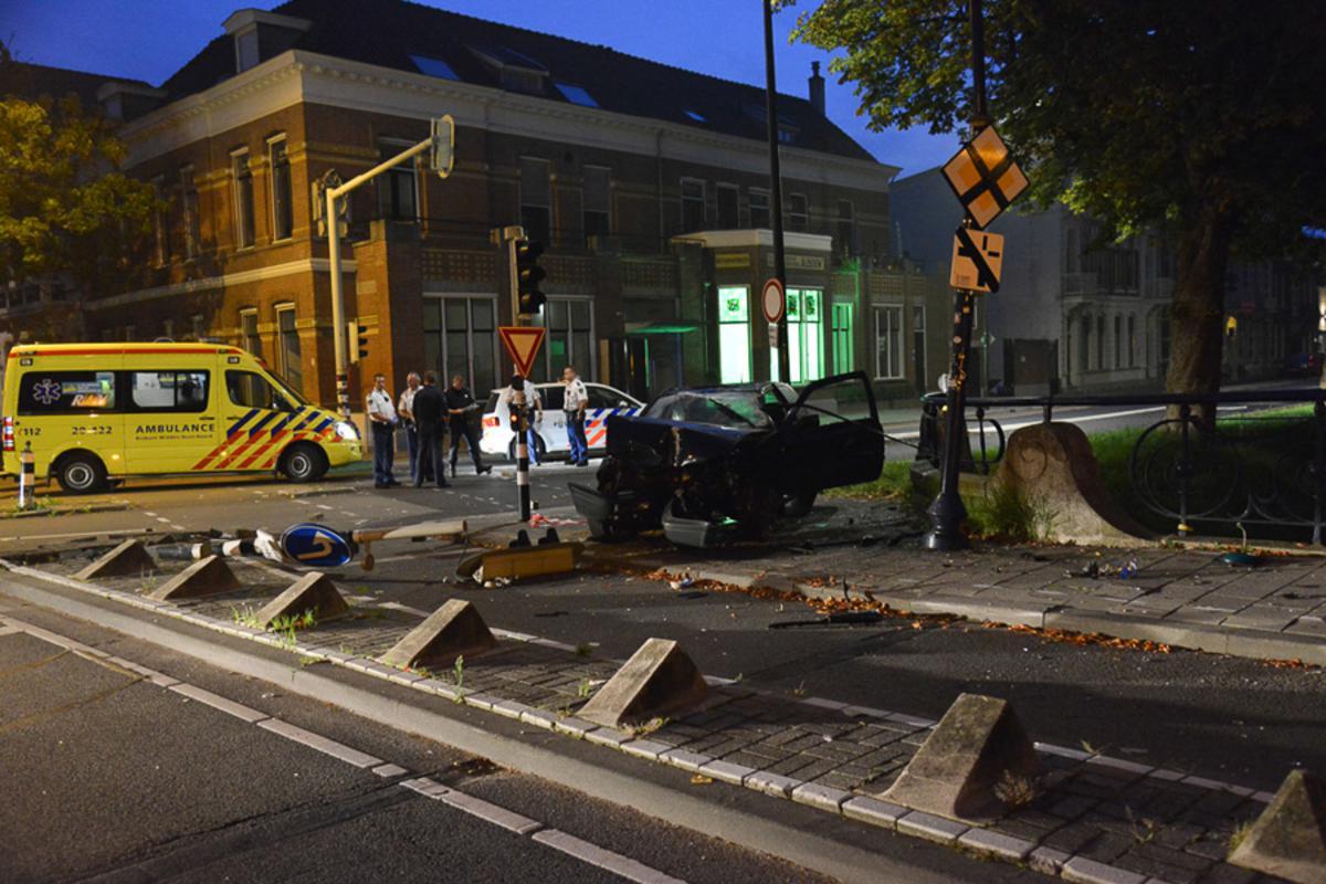 Een automobilist heeft zondag 7 september een ravage aangericht op de Academiesingel.