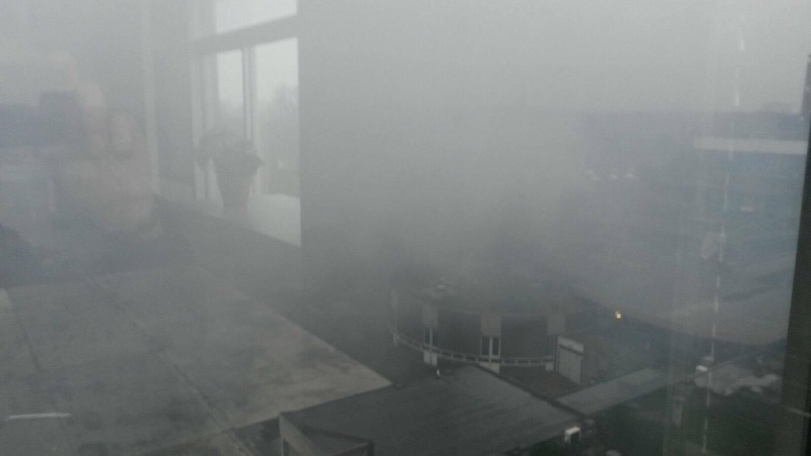 Rook vierde verdieping NHTV als gevolg van de brand bij de Faam.