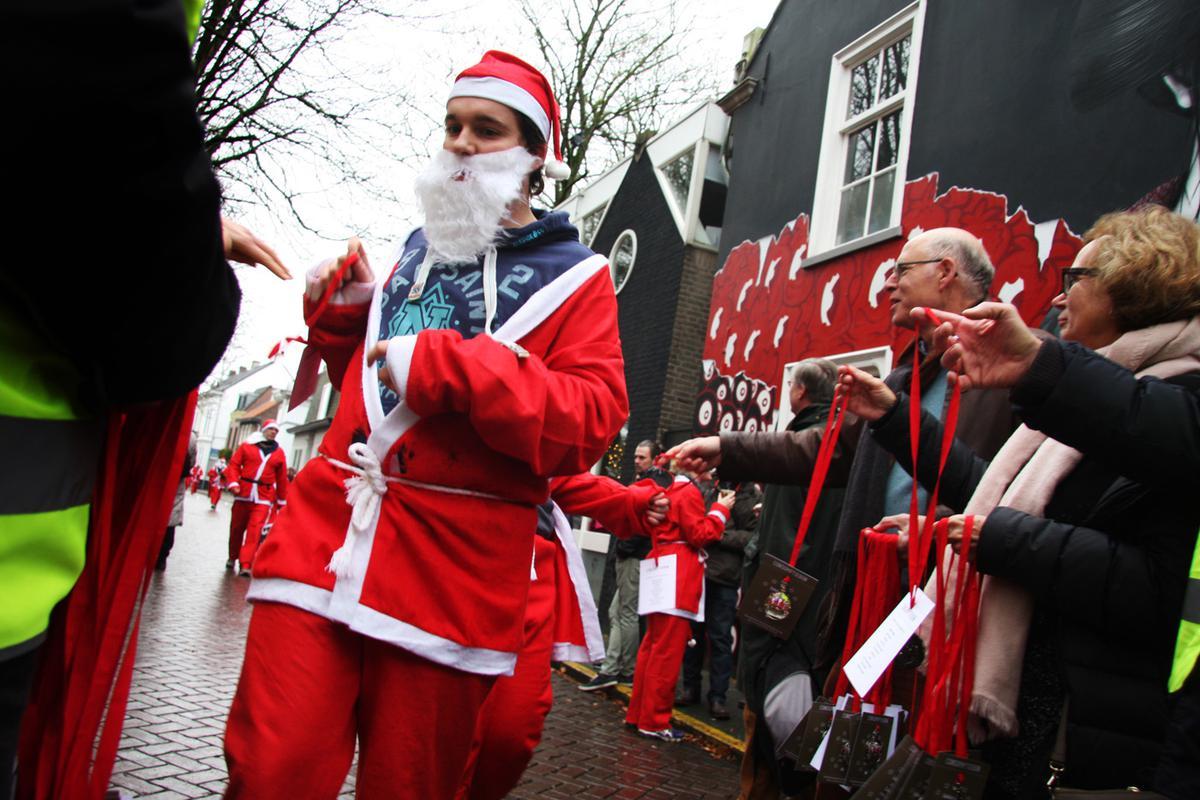 De jaarlijkse Santa Run in het Ginneken. Opbrengst gaat dit jaar naar de Voedselbank.