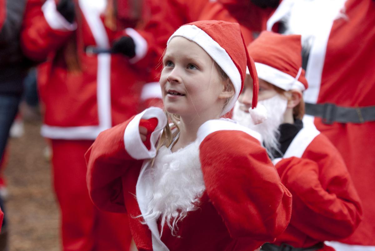 Kerstmannen rennend door 't Ginneken en het Markdal voor het goede doel.