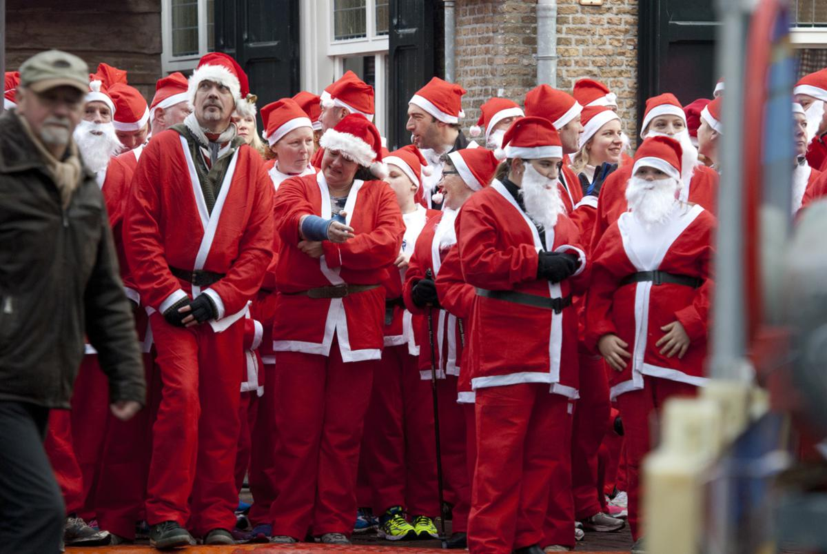 Kerstmannen rennend door 't Ginneken en het Markdal voor het goede doel. Janet Olde Wolbers © BredaVandaag