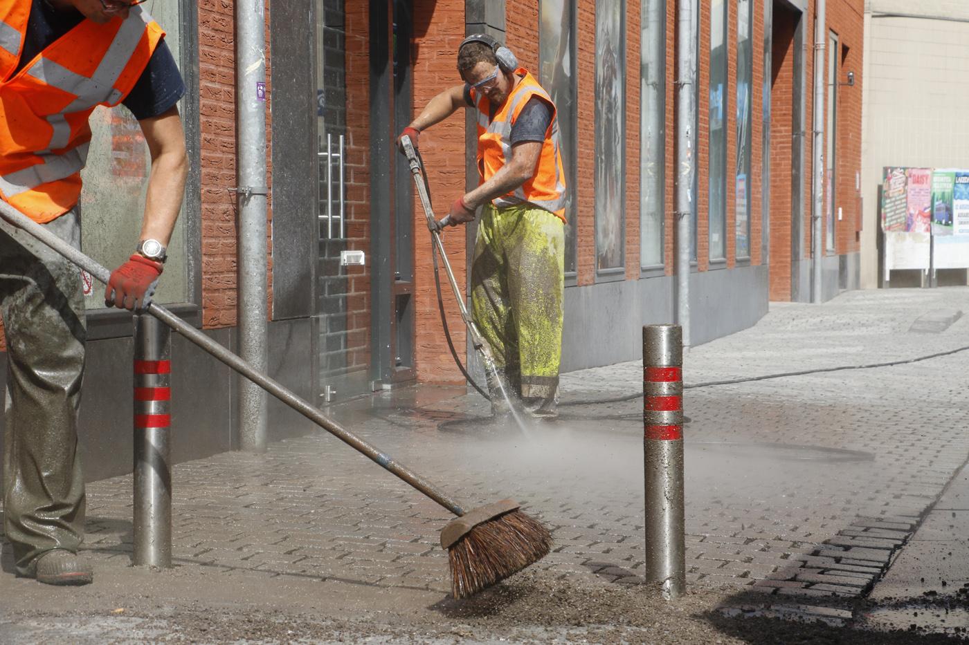 Maandag 10 juli is de gemeente begonnen met het laten schoonspuiten en daarna opnieuw voegen van de natuurstenen van een aantal straten in de binnenstad, zoals hier in de Nieuwstraat.