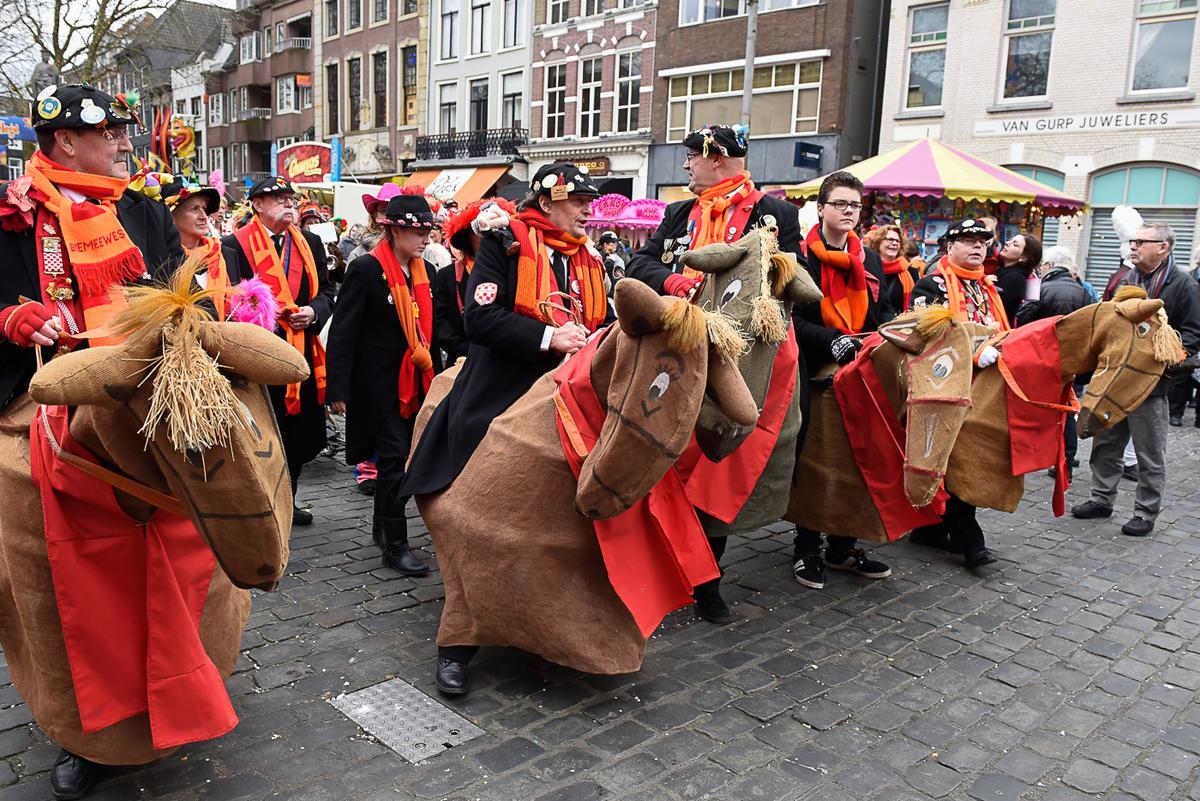 Geheel volgens protocol én traditie heeft de burgemeester de sleutel van de stad overhandigd aan Prins Carnaval. Daarmee is het vier dagen feest in het Kielegat.