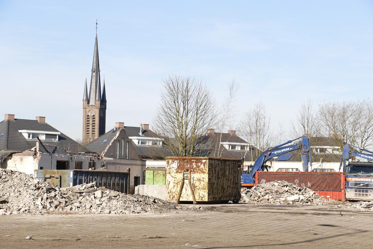 Stolwerk is sinds begin februari in opdracht van NBU en Maas-Jacobs bezig met de sloop van de voormalige tramremise in Princenhage. Op deze plek komen 60 woningen.