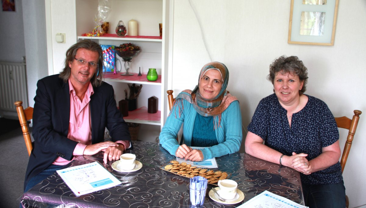 Wethouder Patrick van Lunteren, statushouder Najah Al Ka Kafri en Jacky Reinhoud van het project Statushouders in Beeld