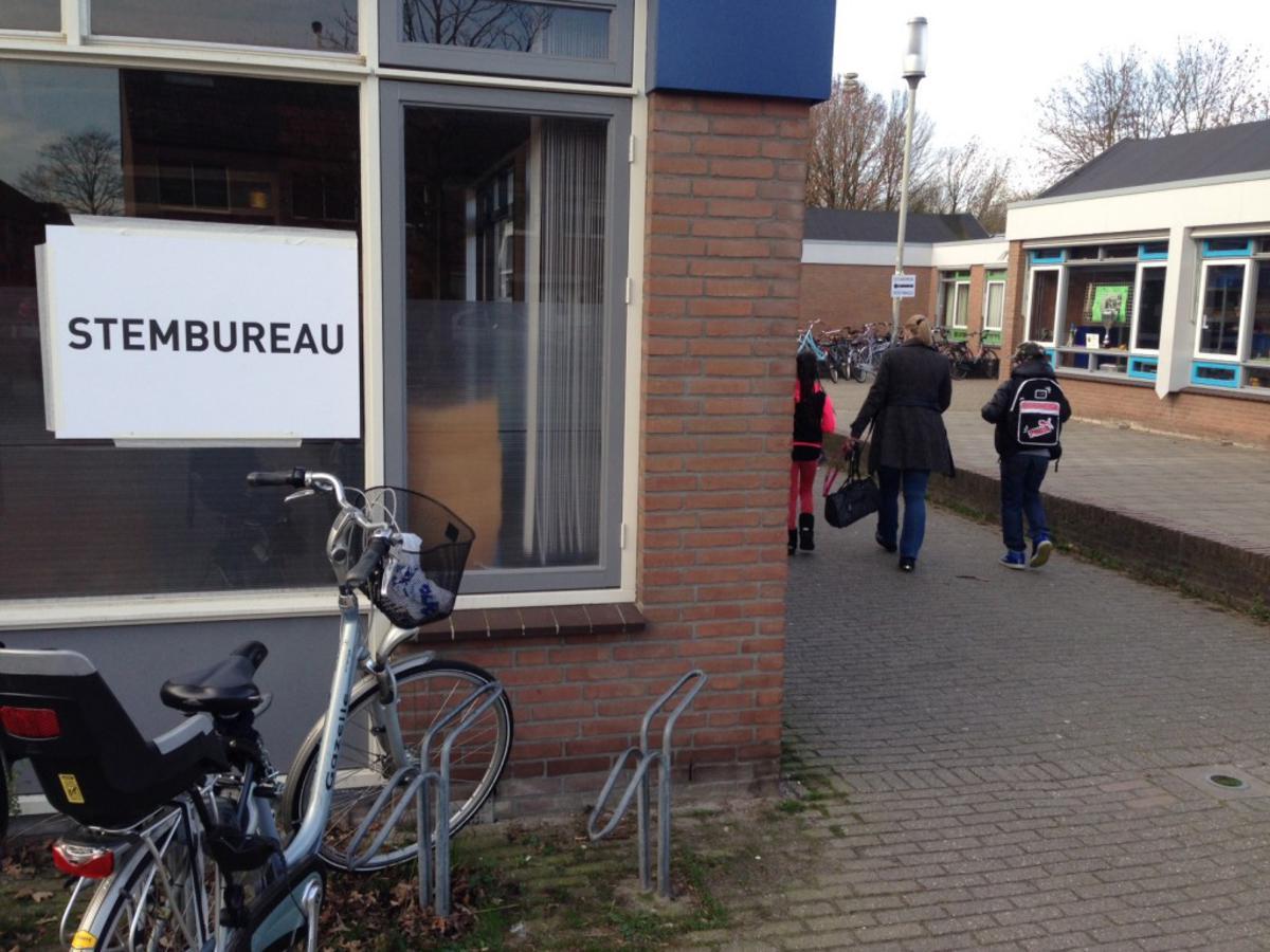 Het stembureau aan de Raaimoeren in Breda. foto Wijnand Nijs