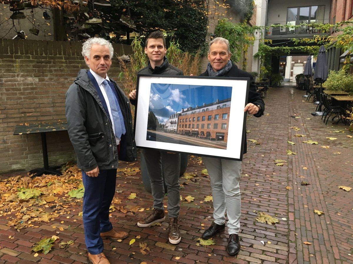 Kris en René Maas met juryvoorzitter Boris van der Gijp (links).