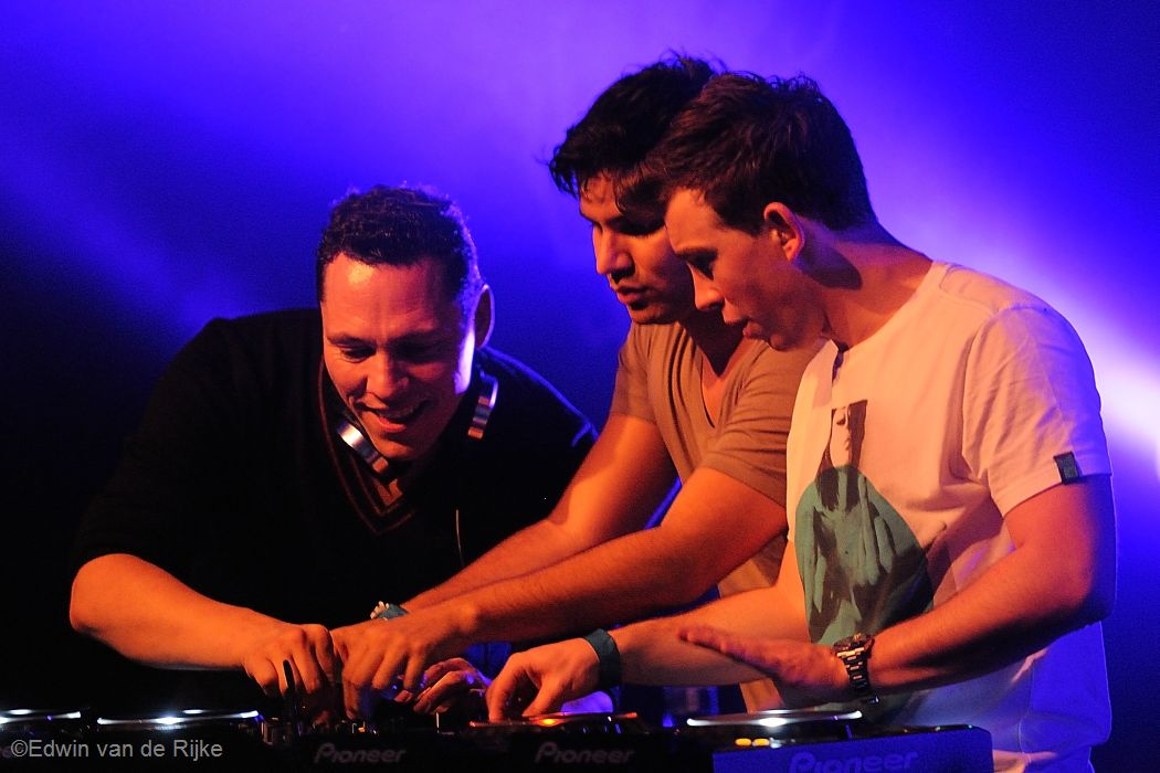DJ Tiësto geniet van zijn feestje in de Mezz, samen met R3HAB en Hardwell. foto Edwin van de Rijke