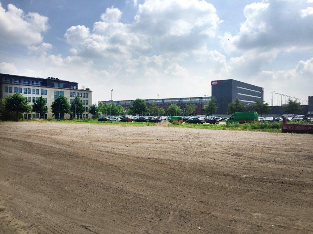 Het braakliggende stuk terrein waar eventuele kopers van het NAC-stadion retail zouden willen ontwikkelen.