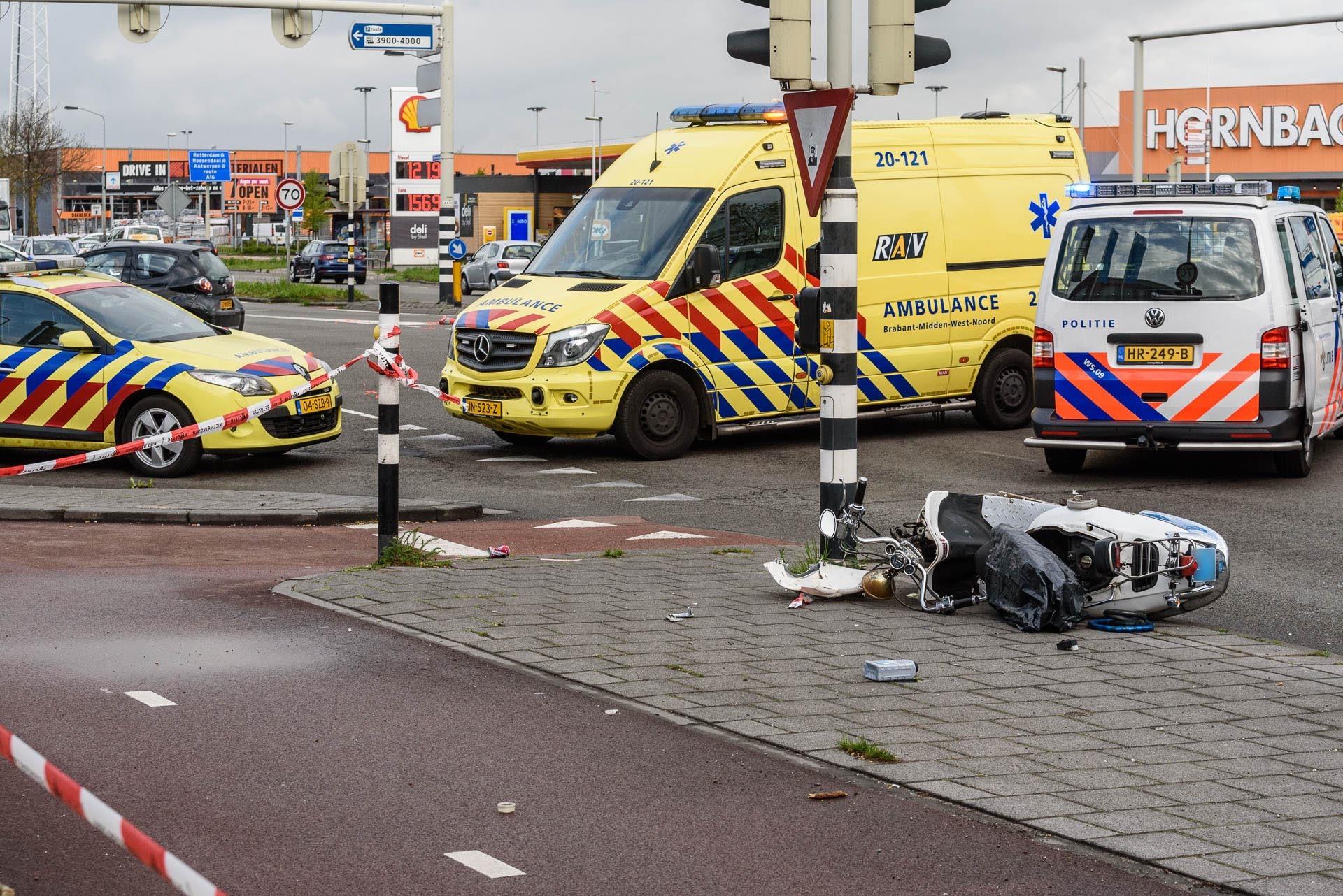Een scooterrijder is donderdagmorgen ernstig gewond geraakt bij een aanrijding met een auto op de kruising Crogtdijk - Konijnenberg.