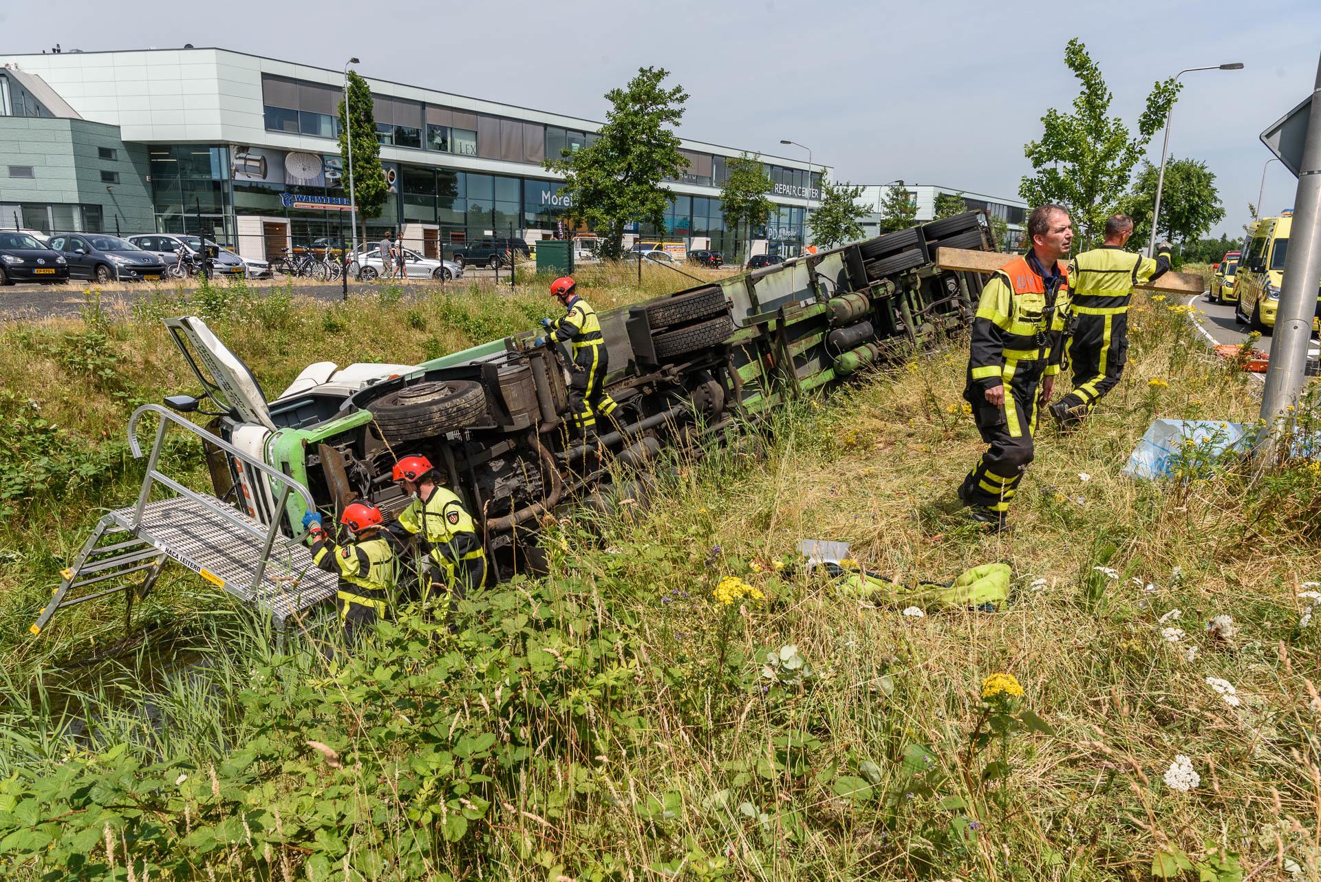Een vrachtwagen is woensdag 21 juni in de sloot naast de Westerparklaan terechtgekomen. De chauffeur raakte gewond.