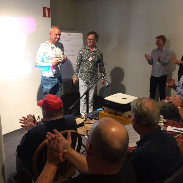 Pieter de Leijer en Jan Schouw van Breds Breda. Namens Maarten de Leng van Energie Coöperatie Anneville reikt Jan de prijsuit.