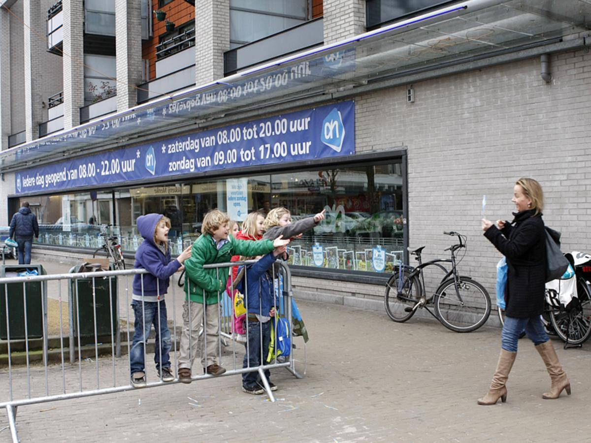 Steeds meer winkels aan het Valkeniersplein zijn elke zondag open. foto Ilse Lukken
