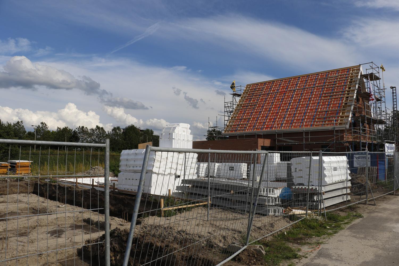 De bouw van de negentien vrijstaande huizen aan de Vinkenweide is begonnen. Het eerste huis heeft het hoogste punt bereikt.
