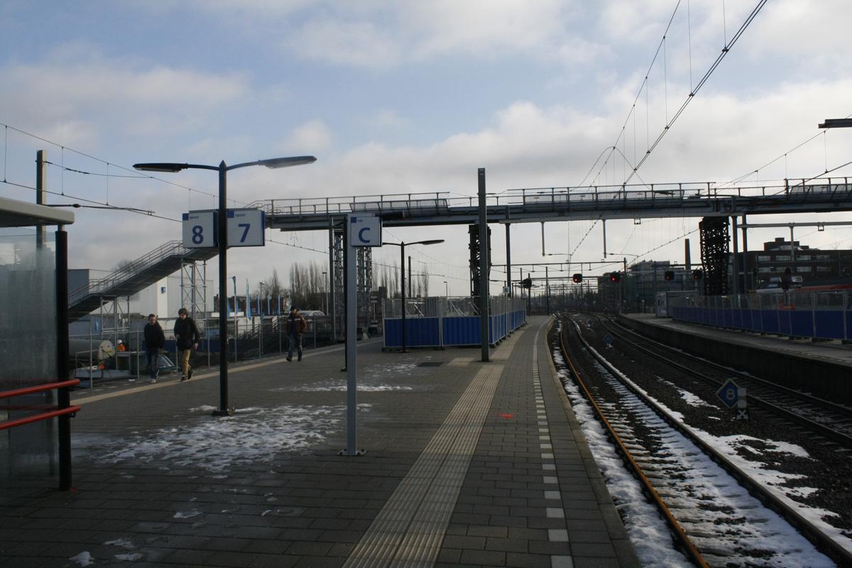 De voetgangersbrug over het spoor. Foto Pepijn Nagtzaam