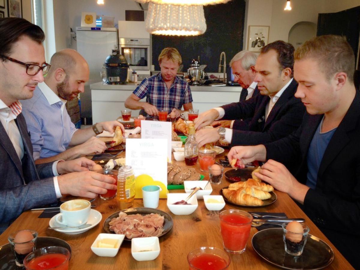 De VVD bij de presentatie van het verkiezingsprogramma. Aan de kop van de tafel lijsttrekker Patrick Ernst. Foto Wijnand Nijs