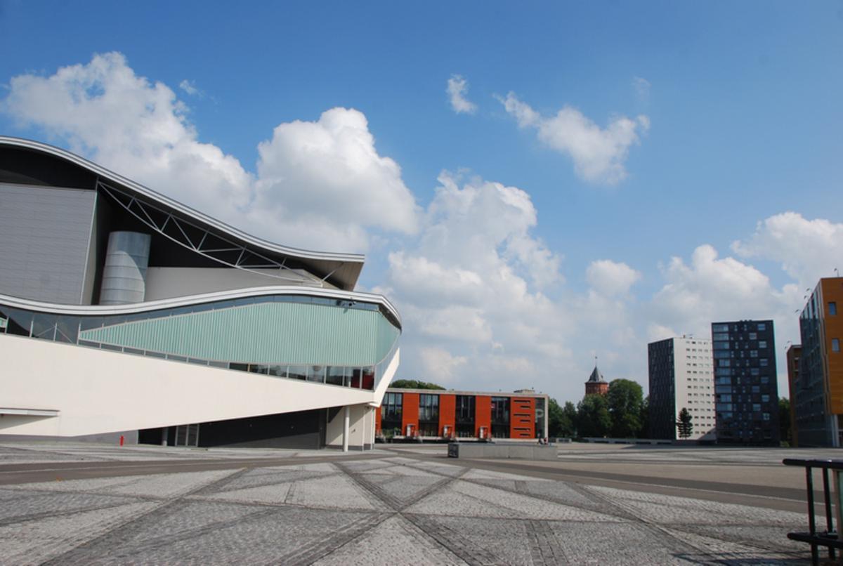Weer zon en cumulus achterzijde casino te Breda.