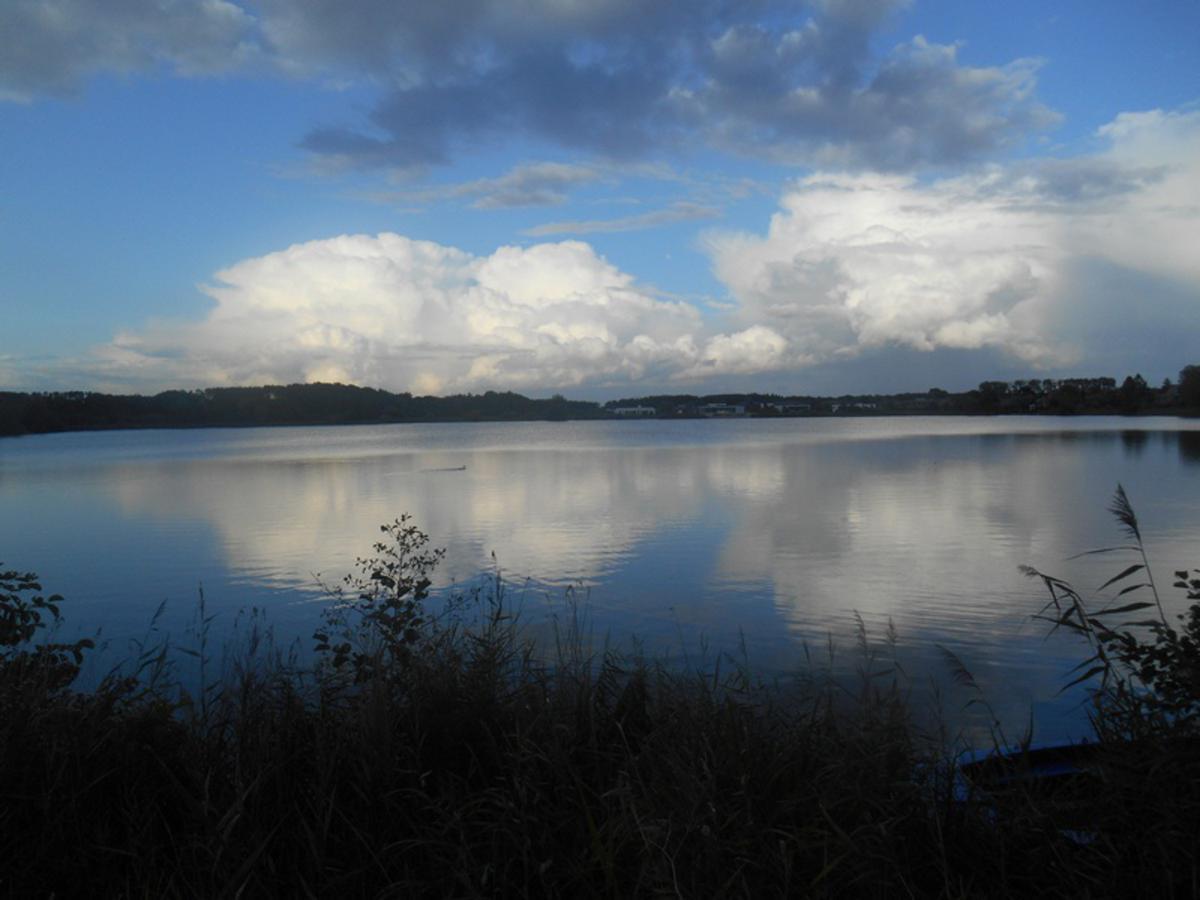 Wegtrekkende buienwolken bij de Asterdplas