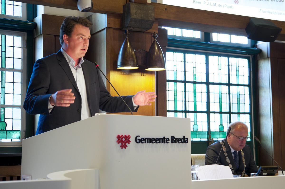 D66-fractievoorzitter Paul de Beer bij de installatie van het college van Breda'97, CDA, GroenLinks, PvdA en SP op 15 mei 2014.