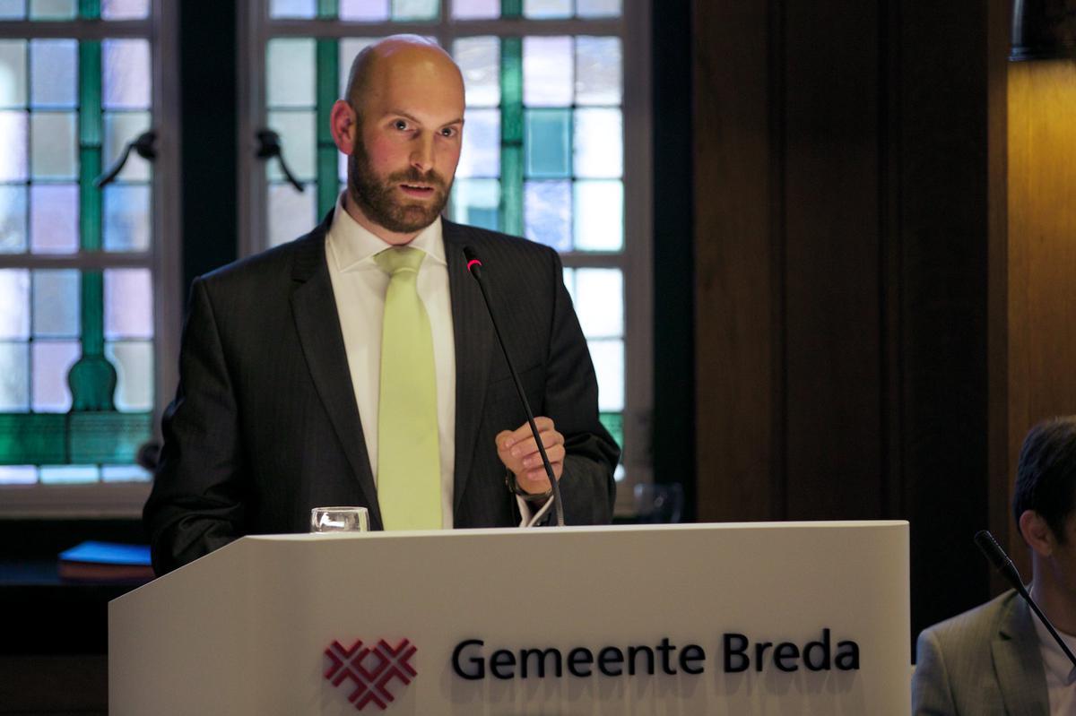 Boaz Adank (VVD) bij de installatie van het college van Breda'97, CDA, GroenLinks, PvdA en SP op 15 mei 2014.