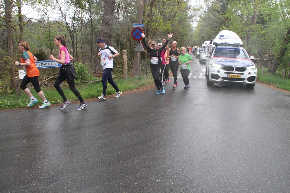 Lopers en rollers tijdens Wings for Life Worldrun Breda tussen de vier en de tien kilometer.