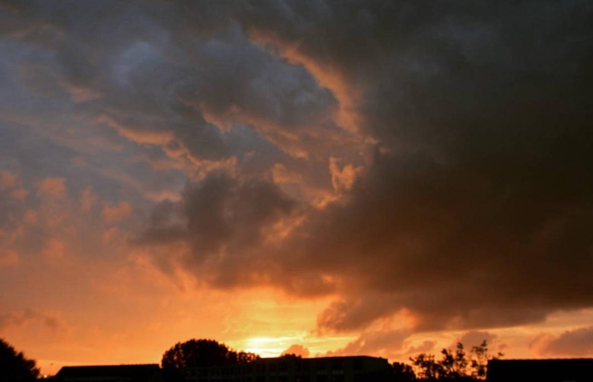 Prachtige oranjekleurige zonsondergang Breda