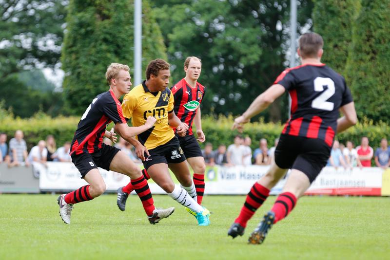 De traditionele oefenwedstrijd tussen de Zundertse selectie en NAC. NAC won met 0-4.