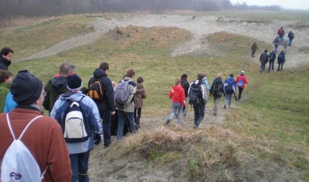 Jarenlang vierden A4-tegenstanders nieuwjaarsdag op de zanddijk in Schipluiden, waarop de snelweg zou komen te lopen. Ze hadden succes: in plaats van op dat zandbed ligt de weg nu in een verdiepte bak. (foto: J. Zomervrucht)