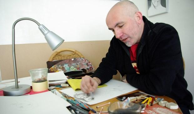 Marc Scherbateyev op de plek waar hij het meest in z'n element is: z'n tekentafel. (foto: Jesper Neeleman)