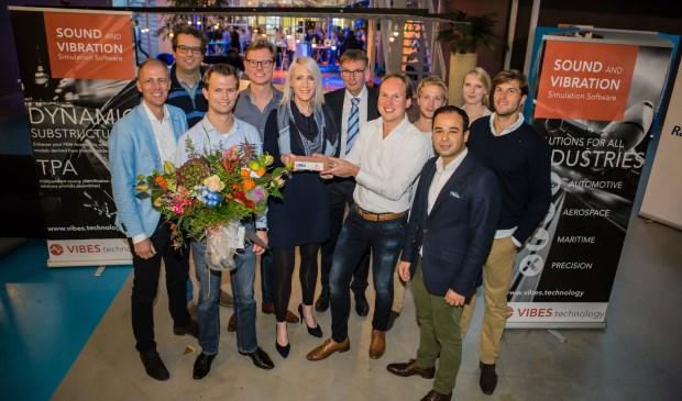 V.l.n.r.: Hans Dreijklufft (UNIIQ), Dennis de Klerk (Vibes), Daniël van den Bosch (Vibes), Maarten van der Kooij (Vibes), Liduina Hammer (UNIIQ), Theun Baller (decaan faculteit Werktuigbouwkunde TU Delft), Maarten van der Seijs (Vibes), Mathieu Wernsen (Vibes), Mazdak Zareei (Rabobank), Suzanne Kroeze (UNIIQ) en Eric Pasma (Vibes).