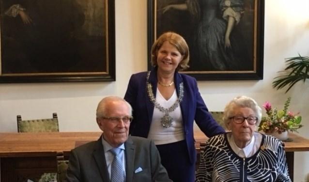 Op 16 september waren de heer en mevrouw Hoogeveen 65 jaar getrouwd. Burgemeester Marja van Bijsterveldt feliciteerde het echtpaar.