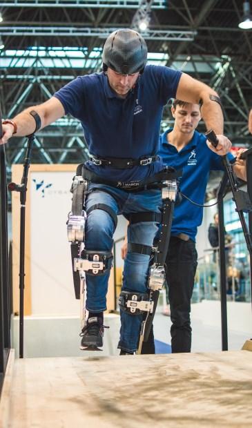 Zelfs traplopen is mogelijk met het Exoskelet.