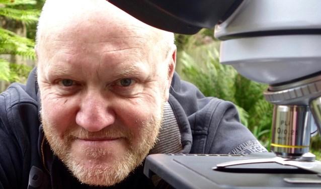 Rob van Es achter de microscoop. (foto Marianne van Es)