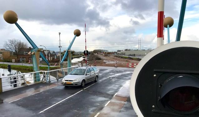 Binnenkort wordt de Oostgaagbrug verbreed, als schakel in een nieuwe weg (op de achtergrond in aanleg) tussen het Delftse ziekenhuis en de A4 bij Den Hoorn. (foto: Henk de Kat)