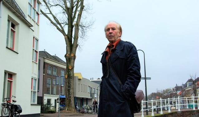 Aad van Doeveren van het Flora Theater strijdt voor behoud van de populier voor het Flora Theater. (foto: Jesper Neeleman)