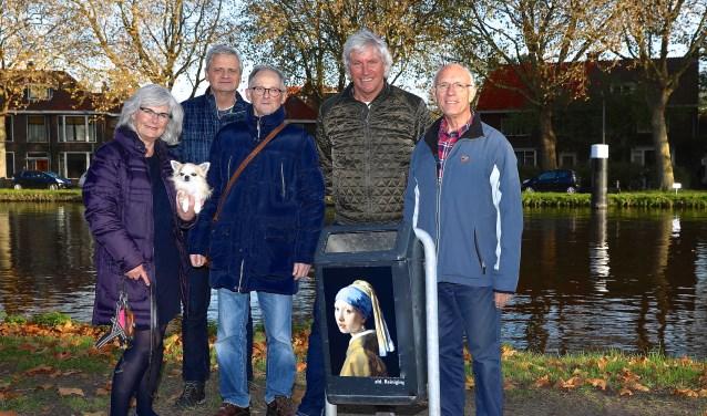 De bewoners van Parel aan de Schie zijn blij met hun Vermeervuilnisbak, maar hun sympathieke idee kan niet op ieders goedkeuring rekenen. (foto: Koos Bommelé)