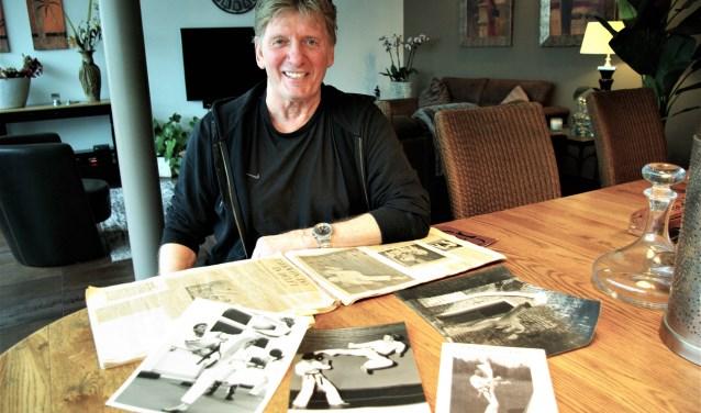 Jan Koster heeft dozen vol herinnering aan de goede ouwe tijd waarin hij als taekwondoka niet alleen potten, maar ook brandende dakpannen brak. (foto: Jesper Neeleman)