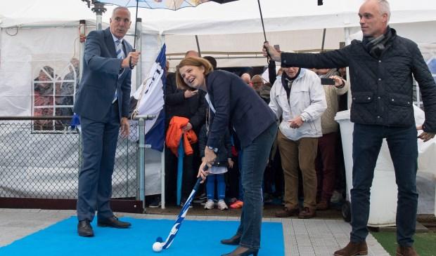 Burgemeester Van Bijsterveldt opent de nieuwe blaashal. Links Ring Pass-voorzitter Peter van Haagen.