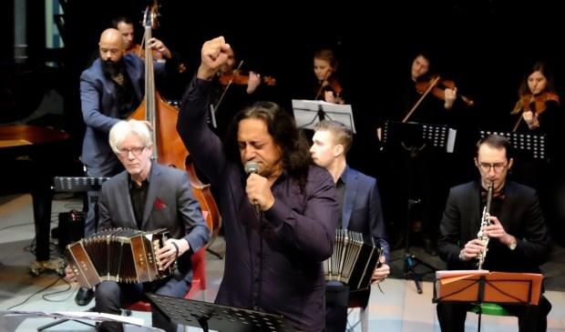 De geboren Argentijnse topzanger Omar Molle, begeleid door Gran Orquesta Típica. (foto: Ruurd Dasselaar)