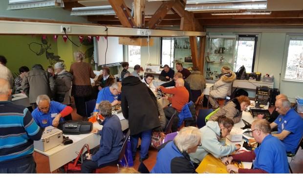 Vrijwilligers van het Repair Café wisten gisteren weer veel spullen een tweede leven te geven.