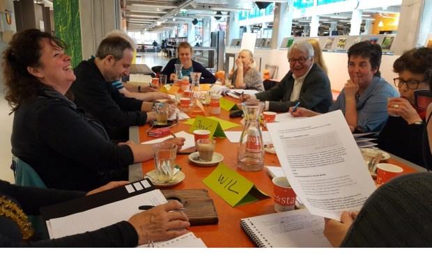 Plezier bij het voorlezen in Schrijfcafé Delft.