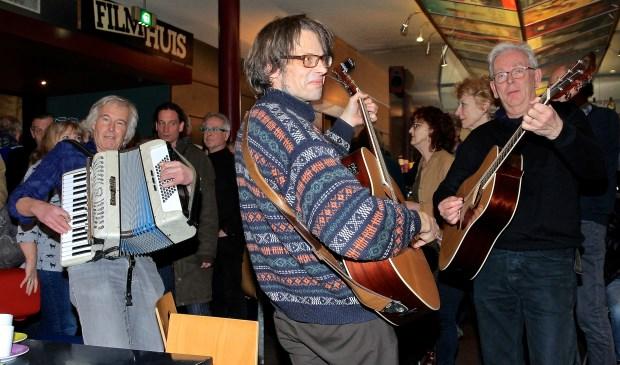Het Blues Festival is gisteravond alvast goed begonnen met een mooie avond in Lumen, waar Henk de Kat, Henk Koorn en Ferdinand Bakker (v.l.n.r.) alvast trakteerden op muziek van Leadbelly.