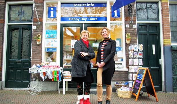 Ditte Mostert-Bok (links) en Lia van der Loos van Happy Day Tours, dat tegenwoordig nog duidelijker zichtbaar is aan de Nieuwe Langendijk.