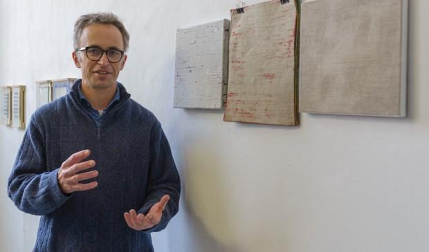 Rik van Hazendonk bij een klein deel van zijn werken. (foto: Hans Dunlop)