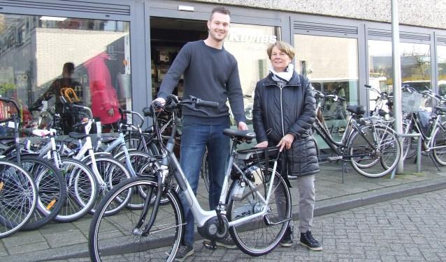 Olaf Karlas levert een nieuwe elektrische fiets af aan een blije klant. (Foto: EvE)