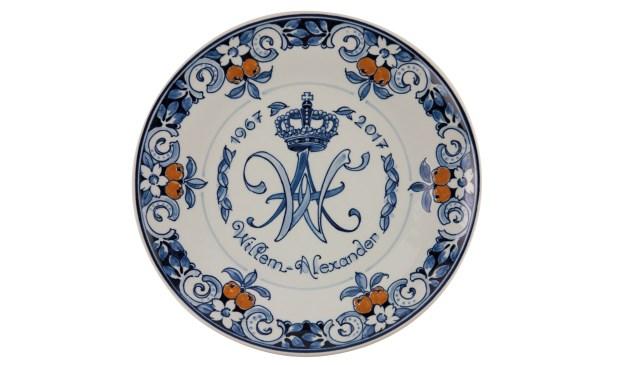 Royal Delft Onthult Herinneringsbord Voor Verjaardag Koning Willem